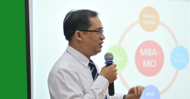 Tiến sĩ Đặng Đăng Tùng -  Giám đốc chương trình MBA-MCI Việt Nam, Trưởng Văn phòng Đào tạo Quốc tế, ĐH Bách Khoa đang chia sẻ với học viên những điểm khác biệt của chương trình MBA-MCI